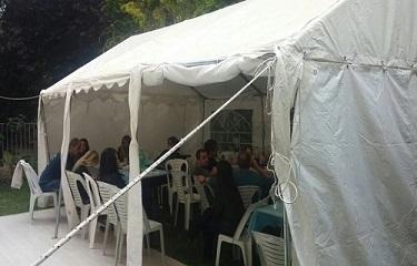 אוהל לאירוע בחצר